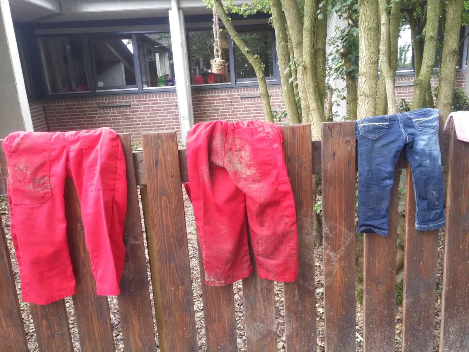Kinderdagverblijf naar de boerderij kinder overalls met modder